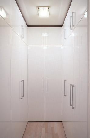 內飾簡單和大衣櫃。