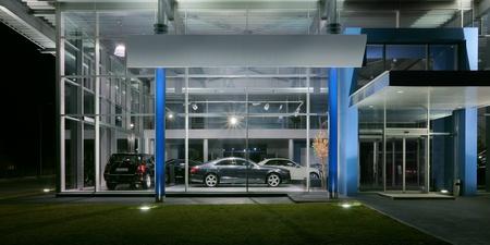 Exterior of a modern car salon, night scene.  Standard-Bild