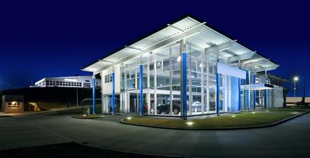 Extérieur d'un salon automobile moderne, scène de nuit. Banque d'images
