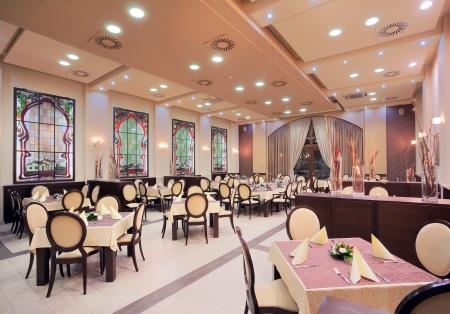 室內餐廳在酒店裡,在傍晚的。