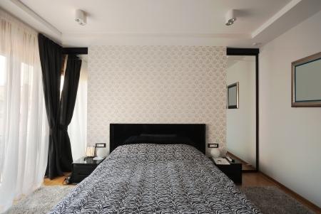 室內有現代化的臥室,黑色和白色的設計。 版權商用圖片