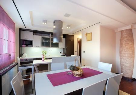 jídelna: Interiér moderního domu, pohled na jídelnu a kuchyň.