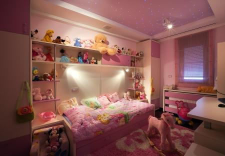 室內一個孩子的房間,現代化的設計,家具和玩具各地的。 版權商用圖片