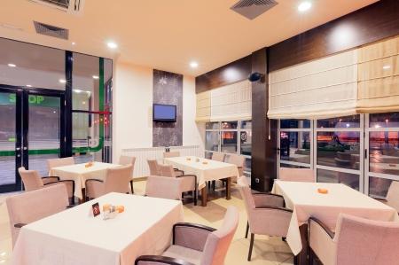 現代化的餐廳內,一間酒店,夜景的一部分。 版權商用圖片