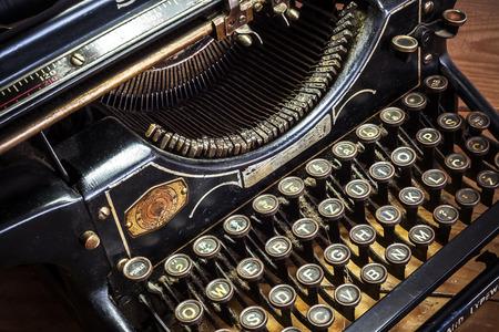 the typewriter: Detalles de una vieja m�quina de escribir retro, estilo vintage, superficies con polvo.