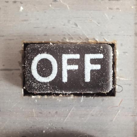 panel control: Antiguo botones de goma sucia y polvorienta con escrito Off símbolo en él, parte de una antigua calculadora.