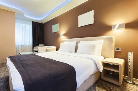 內飾酒店房間的兩個人。現代豪華的設計。