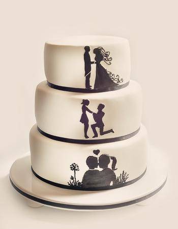 웨딩 케이크, 흰 설탕 크림 및 검은 실루엣의 세부 사항.