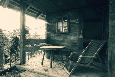 silla de madera: Viejo exterior de la casa de madera, estilo serbio vintage.