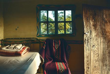 ventanas abiertas: Interior de una antigua casa de madera, de estilo serbio, muebles y ventanas detalles retro. Foto de archivo
