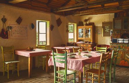 almuerzo: Diseño interior de un antiguo restaurante de Serbia, la decoración y la mesa preparada para el almuerzo.