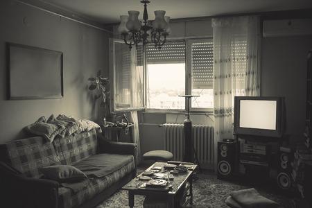 habitacion desordenada: Viejo sitio sucio interior, los detalles de un estilo de vida. Foto de archivo