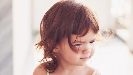 caras felices: Simple retrato de una niña con el fondo borroso.