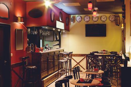 barra de bar: Interior de un café, diseño retro, escena nocturna.