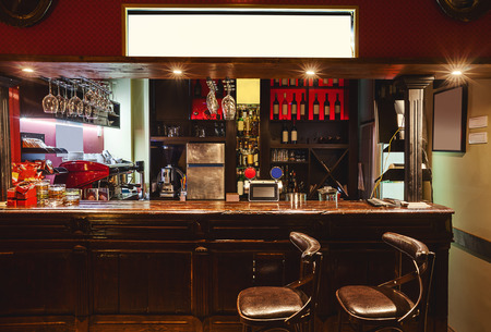 Interieur van een moderne café in retro-stijl, nachtscène. Verlichting, meubels en architectonische details.