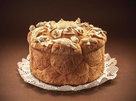 tranches de pain: Pain décoré pour la célébration d'un saint dans la foi orthodoxe. Patrimoine traditionnel et culturel serbe. Banque d'images