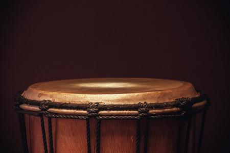 instruments de musique: Détails d'un vieux djembé en bois, vue en gros plan sur des cordes, la peau et le bois.