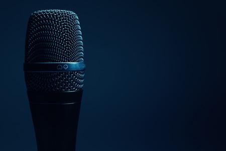 cardioid: Vista de cerca de un micrófono moderno, se destacaron las partes por la iluminación.