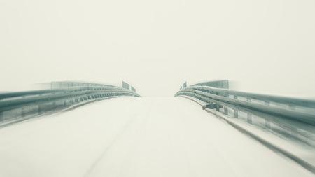 infraestructura: El mal tiempo, vista desde el coche en movimiento, ped invierno. Foto de archivo