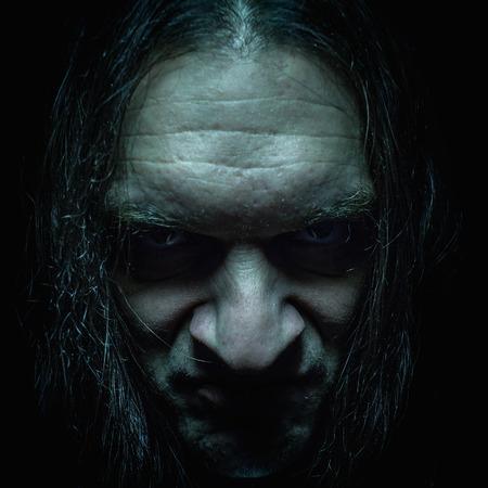 enojo: Retrato de un hombre, con la expresión seria y llena de ira y odio cara.