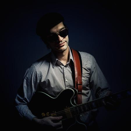 hombre con sombrero: Sólo un retrato de un hombre tocando una guitarra eléctrica, con un sombrero y gafas de sol.