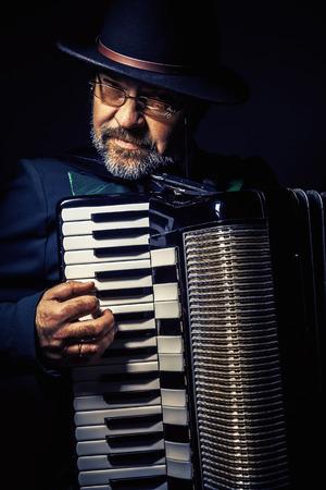 acordeón: Retrato de un acordeonista, jugando y posando. Foto de archivo