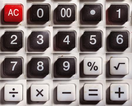 signos matematicos: Números y signos matemáticos de una calculadora de edad polvoriento. Foto de archivo