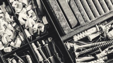 tornillos: Maleta vieja por clavos y tornillos, que forma parte de un Herramientas, primer plano macro.