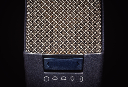 cardioid: Detalles de dos micrófonos de estudio, sobre fondo negro.