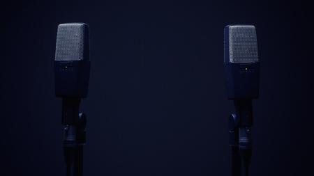 cardioid: Dos micrófonos para la grabación de sonido estéreo, en un expositor en el ambiente oscuro. Foto de archivo