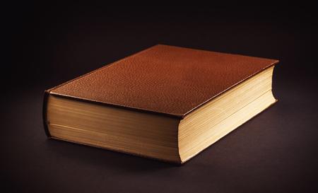 Un vecchio libro su sfondo nero.