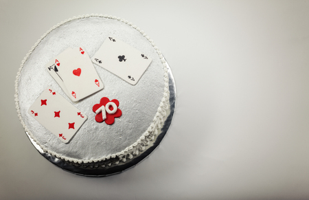 hertz: Design and decoration of a 70 birthday cake, with gambling cards on top.