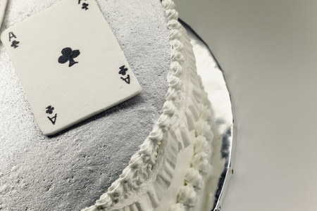 hertz: Decoration of a cake, gambling cards made of fondant.