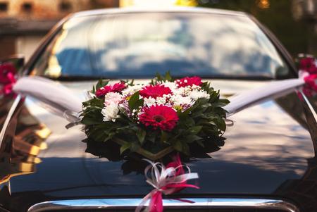 Nahaufnahmeansicht über Blumendekoration auf modernem Hochzeitsauto.