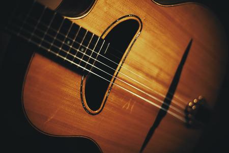 古いマヌーシュ アコースティック ギター、ビンテージ スタイルのクローズ アップ ビュー。 写真素材