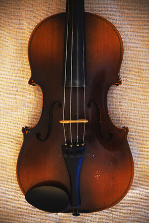 Details of an old and dusty violin from Czechoslovakia. 版權商用圖片