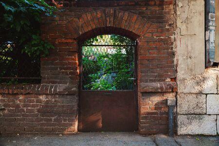 Entrance of an old retro style house garden, during summer day. Foto de archivo - 129245839
