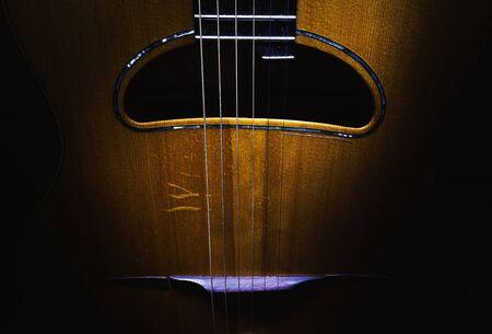 Details einer alten und verstaubten Gypsy-Jazz-Akustikgitarre im Django-Stil.