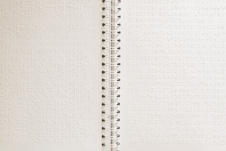 braile: Cerca de la p�gina de papel con el texto en braille.