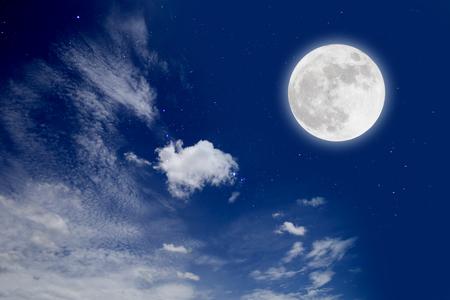 Luna Llena Con Nube En La Noche Estrellada. Concepto romantico Foto de archivo - 83223191