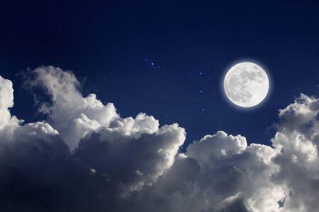Luna llena con fondo estrellado y nubes. Noche romantica. Foto de archivo