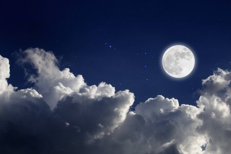 Vollmond mit Sternen- und Wolkenhintergrund. Romantische Nacht. Standard-Bild