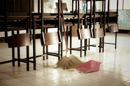 Klassiek schoonmaken met een bezem