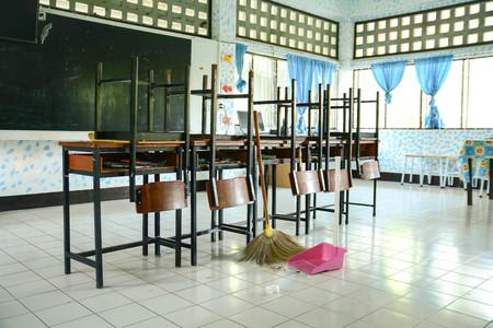 Pulizia della classe con una scopa