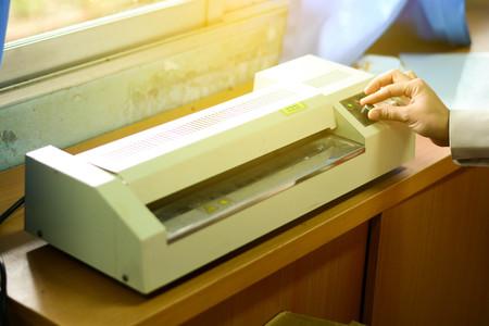 교육용 학교에서 문서 라미네이팅 기계 스톡 콘텐츠