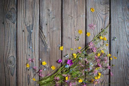 summer wild flowers on wooden background 免版税图像