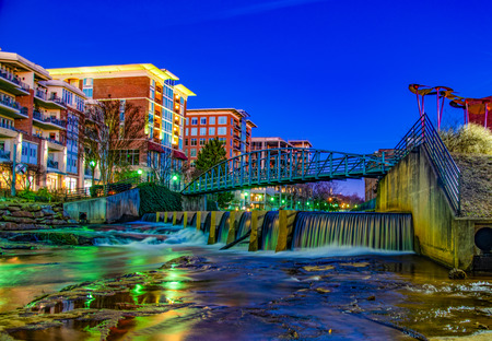 Reedy River and RiverPlace Bridge in Downtown Greenville, South Carolina, USA. 免版税图像
