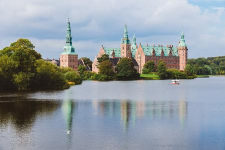 spiel: Frederiksborg castle reflected in the lake in Hillerod, Denmark. Renaissance castle and romantic lake near Copenhagen. Editorial