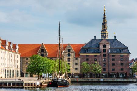 spiel: Church of Our Saviour spiel, scandinavian houses and sail ship on Christianshavn canal. Copenhagen, Denmark Stock Photo