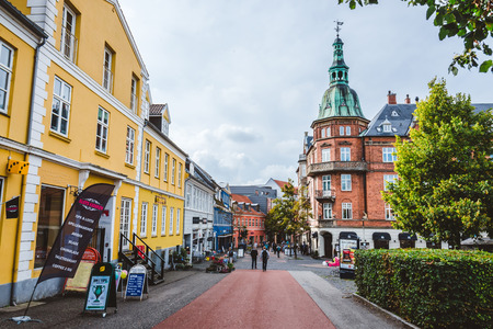 2015 년 9 월 23 일 - Hillerod, Denmark의 보행자 거리. 오래 된 스 칸디 나 비아 주택, 레스토랑 및 Frederiksborg 성곽 근처 자갈의 좁은 거리. 에디토리얼